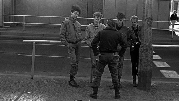 DDR, Berlin, Prenzlauer Berg, S und U-Bahnhof Schönhauser Allee, Jugendliche, 1986
