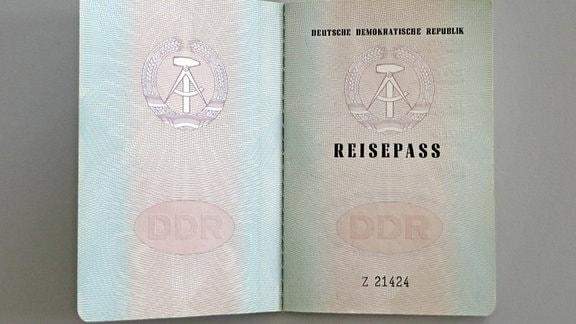 Aufgeschlagener Reisepass der DDR.