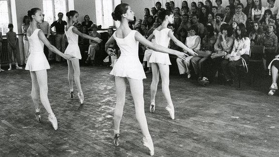 Tänzerinnen der Palucca Schule beim Ballett in Dresden, 1978