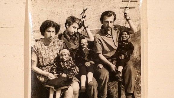 Zu sehen sind verschiedene Aspekte aus dem traditionsreichen Leben der Marionettentheater-Familie Dombrowksy aus Sachsen.