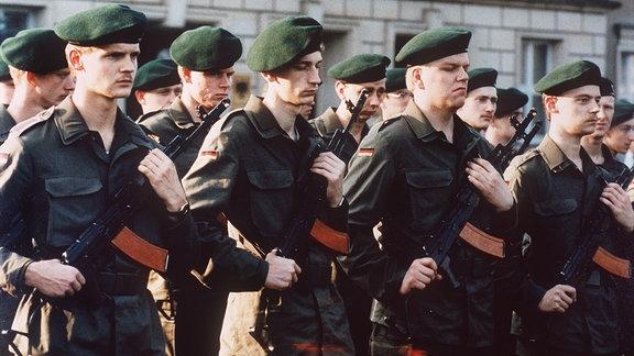 Ehemalige Soldaten der Nationalen Volksarmee der DDR, die mit der deutsch-deutschen Vereinigung zur Bundeswehr gehören, beim ersten Appell des Bundeswehrkommandos Ost am 04.10.1990 in Straußberg.