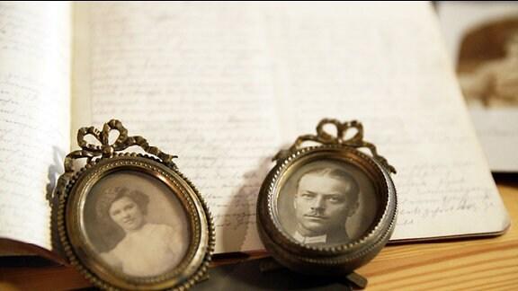 Zwei gerahmte Fotografien vor einem Tagebuch