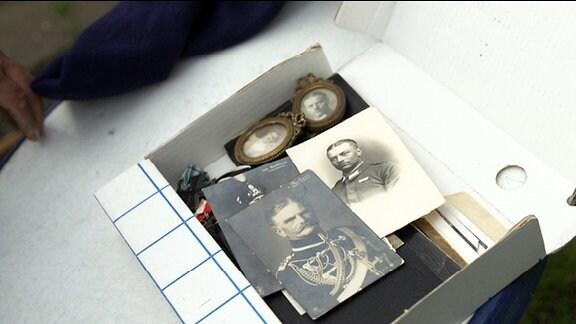 Kiste mit schwarz-weiß Aufnahmen