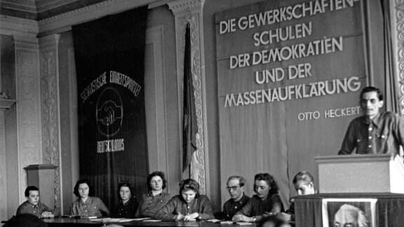 Vortrag eines FDGB-Funktionärs, Gewerkschaftsfunktionär bei einem Vortrag, DDR 1950er Jahre
