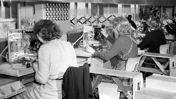 Arbeiterinnen in der -Sternradio- Fabrik in Berlin.