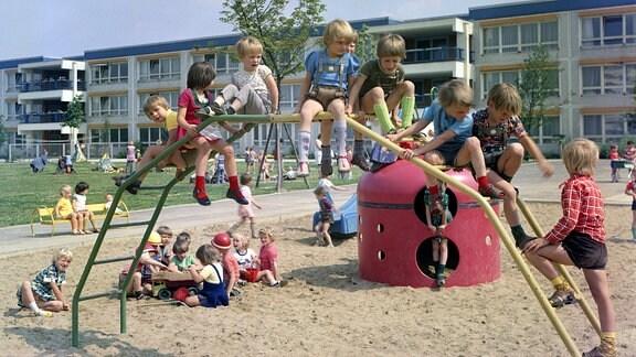 Kindergartenkinder spielen am 01.07.1976 auf einem Spielplatz der Kindertagesstaette in der Lindenbergalle.
