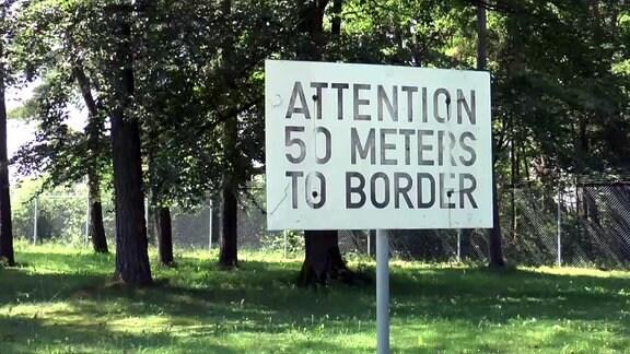 Warnschild: 50 Meter bis zur Grenze