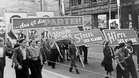 Maikundgebung mit Parade in Görlitz, DDR 1950er Jahre.