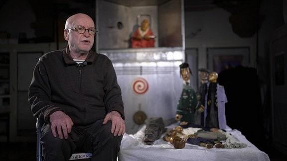 """Hans Krüger gehörte zum ersten Sudienjahrgang """"Puppenspiel"""" an der Staatlichen Schauspielschule """"Ernst Busch"""" in Berlin. Ab 1980 war er Freiberuflich und gründete """"Zinnober"""", die ersten Freien Theatergruppe der DDR."""