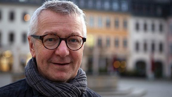 Ehemaliger Stasi-Häftling Frank Karbstein vor dem Rathaus Gera