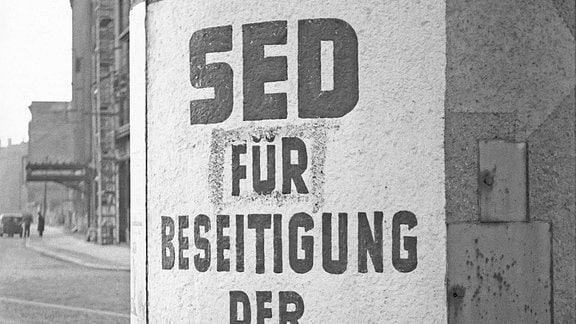 Plakat mit SED-Propaganda 1947 in Leipzig