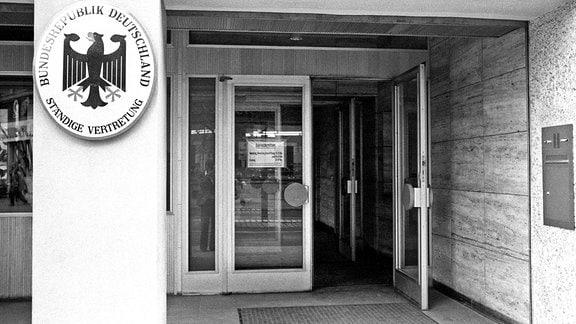Eingang zur Ständigen Vertretung der Bundesrepublik Deutschland in der DDR in Berlin