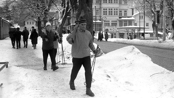 Urlauber mit Skiern in Oberhof, 1970