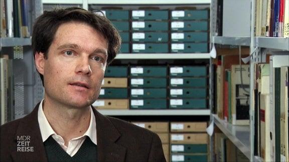 Prof. Markus Krajewski im Archiv der Bibliothek, der Bauhaus Universität Weimar. Er forschte zum zum Thema Langlebigkeit von Konsumgütern.