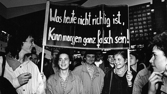 Gegen die Wahl des SED-Generalsekretärs Egon Krenz zum Vorsitzenden des DDR-Staatsrates haben am 24.10.1989 mehrere tausend Menschen im Ost-Berliner Stadtzentrum protestiert.