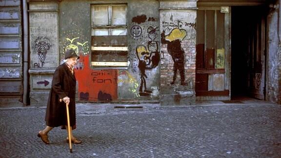 Rentnerin in der Rykestraߟe in Berlin-Prenzlauer Berg