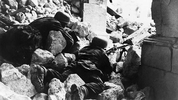 Deutsche Fallschirmspringer in einem ausgebomten Turm des Klosters von Montecassino, 1944