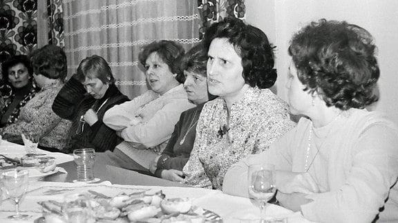Frauen einer Ortsgruppe des Demokratischen Frauenbundes Deutschlands, 1982 bei einer Versammlung