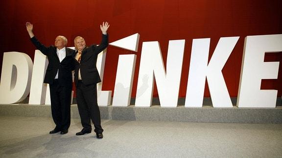 Oskar Lafontaine (Deutschland/Fraktionsvorsitzender Die Linke) und Lothar Bisky (re., Deutschland/Die Linke/Parteivorsitzender) auf dem Gründungsparteitag der Linken in Berlin