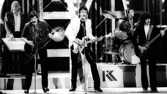 Puhdys V.l.n.r.: Peter Meyer (Schlagzeug), Dieter Hertrampf (Gitarrist), Dieter Birr (Sänger), Peter Scharfschwerdt (Schlagzeug) und Harry Jeske (Bassist); 1990