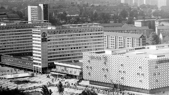 Prager Straߟe mit Centrum Warenhaus in Dresden, 1978.