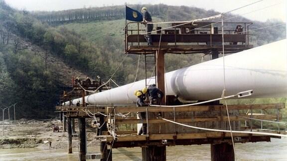 Montage der Erdgasleitung - Druschba Trasse - über den Dnepr bei Iwano Frankowsk durch Mitarbeiter des VEB Industriemontage