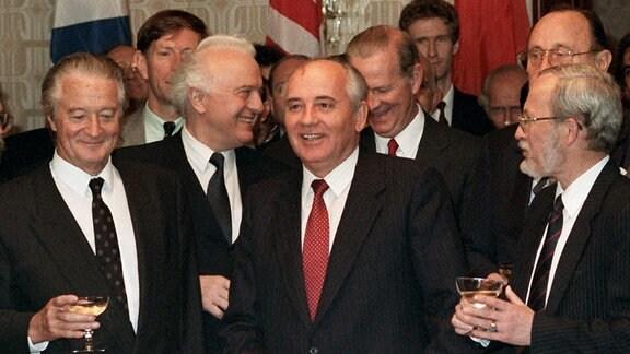 Roland Dumas, Eduard Schewardnadse, Michail Gorbatschow, James Baker, Hans-Dietrich Genscher, Lothar de Maiziere und Douglas Hurd