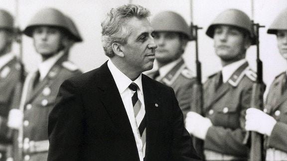 Egon Krenz schreitet NVA-Ehrenformation ab