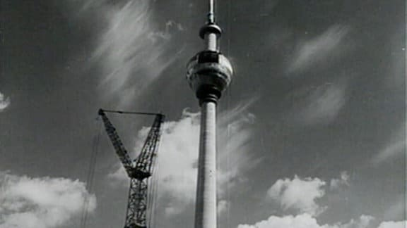 Berliner Fernsehturm mit Baukran, 1969.