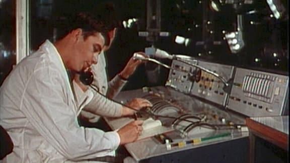 Mann sitzt an Schaltpult im Sendezentrum des Sowjetischen Fernsehens 1969