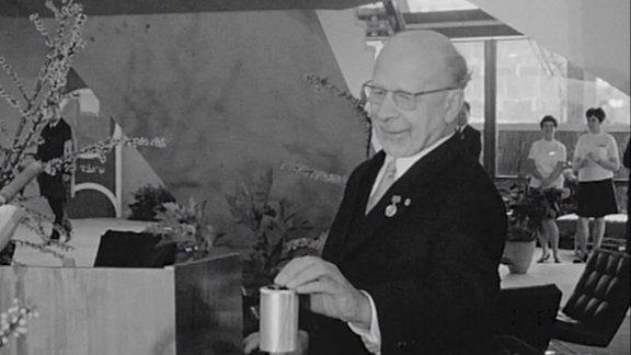 Walter Ulbricht drückt am 3. Oktober 1969 einen Schalter um damit damit den Startschuss für das zweite Programm des DDR-Fernsehens den Start des Farbfernsehens in der DDR zu geben.
