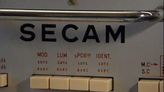 SECAM (Séquentiel couleur à mémoire) war die in Frankreich, Russland, der DDR und Osteuropa verbreitete analoge Fernsehnorm für die Farbübertragung im analogen Fernsehen.
