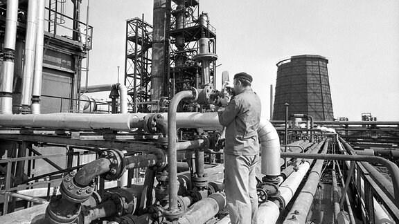 Ein Angestellter der Chemiefabrik der Tschechoslowakisch-Sowjetischen Freundschaft arbeitet an einer Destillationsanlage, die das erste Erdöl der Druzhba-Pipeline von der Sowjetunion in die Tschechoslowakei befördert.
