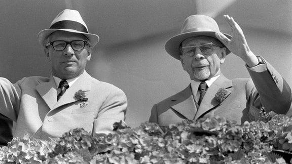 Erich Honecker und Walter Ulbricht winken zur Mai-Parade 1972 in Berlin von der Ehrentribühne
