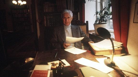 Ernst Jünger an seinem Schreibtisch, 1978