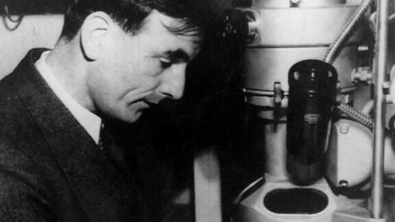 Ernst Ruska arbeitet am ersten Elektronenmikroskop.