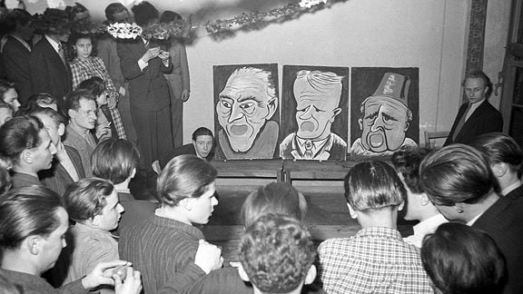 DDR - Faschingsfeier mit Politikerkarikaturen 1951