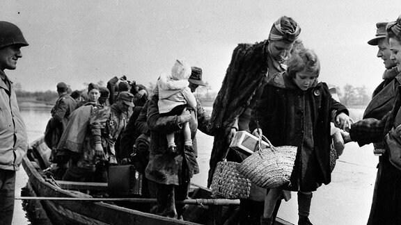 Fluchtboot mit Zivilisten erreicht im April das westliche Ufer der Elbe