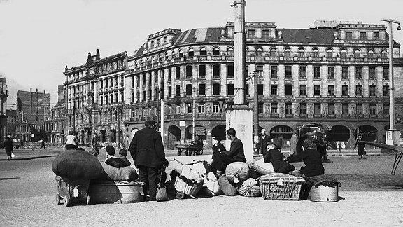 Flüchtlinge 1946 vor dem Hotel Astoria in Leipzig