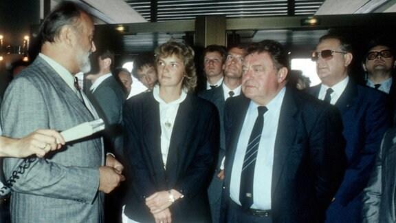 Ministerpraesident Franz-Josef Strauss mit seiner Tochter Monika und seinem Sohn Max (mitte). Links Kurt Masur , rechts Alexander Schalk-Golodkowski (mit Sonnenbrille).