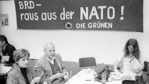 Außerordentliche Bundesversammlung der Grünen in Oldenburg, v.li.: Petra Kelly, Gert Bastian und Eva Quistorp vor einem Transparent mit der Aufschrift -BRD - raus aus der NATO-