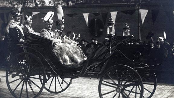 Kaiser Wilhelm II. von Preußen und König Friedrich August III. von Sachsen in einer Kutsche