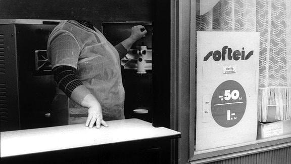 Eine Frau macht Softeis.