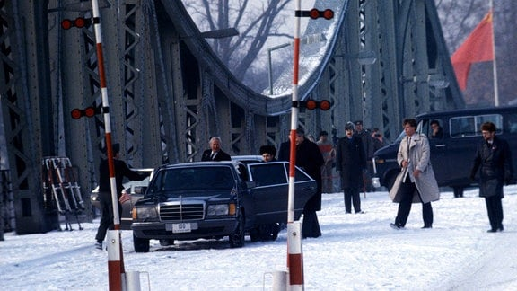 Agentenaustausch auf der Glienicker Brücke 1986 - Beamte des US State Department nehmen u. a. den sowjetischen Dissidenten Anatoli Schtscharanski (URS) in Empfang
