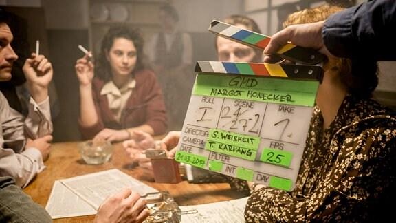 Ein Foto von den laufenden Dreharbeiten zur neuen Staffel der MDR Historik-Serie (Die Geschichte Mitteldeutschlands - Folge Margot Honecker) in Potsdam.