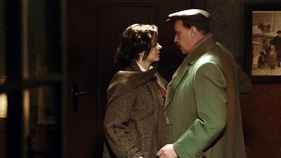 Eine Frau und ein Mann sehen sich an