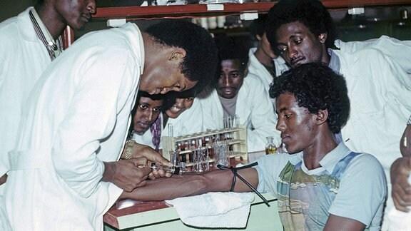 Studenten beim biochemischen Praktikum.