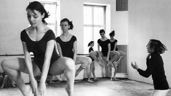 Gret Palucca tanzt mit Schülerinnen.