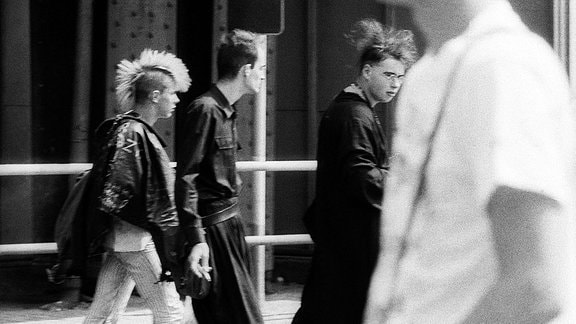 Punks und Grufties auf der Schönhauser Allee in Ostberlin, 1989.