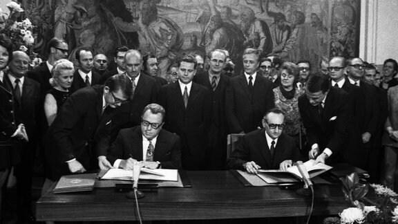 Im Palais Schaumburg im Gobelinsaal wurde am 8.11.1972 der Grundlagenvertrag zwischen der BRD und DDR von den Unterhändlern Michael Kohl DDR und Egon Bahr BRD unterzeichnet.